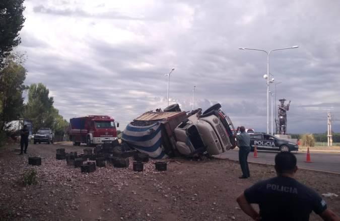 Tunuyán: volcó en la rotonda del Gaucho un camión que transportaba 400 cajas de ajo